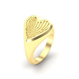 Gouden zegel ring met vingerafdruk in een hart vorm.
